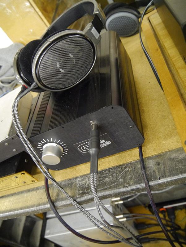 HD650 + カルダスケーブルで主に試聴したが、やや硬めで低域にも演出を感じた。HD600だとベストバランス