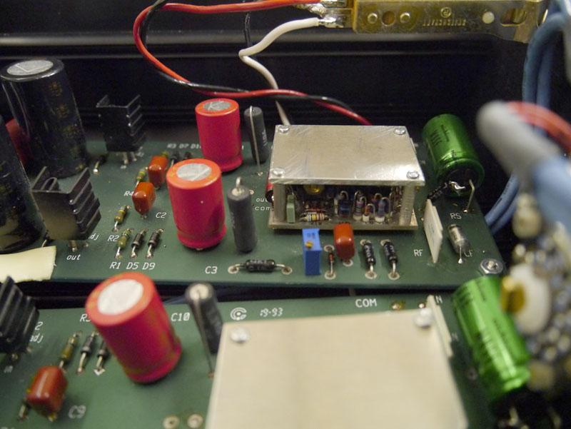 アンプ回路モジュールは当初、完全に露出させていたそうだが、代理店のリクエストでパッケージ化した。写真は試作なので中身が見えているが、完全にシールドすると音に影響があるため、この程度に留めるとか。なお、すべてベノー氏の手作り + 田口氏の音質確認が入るため、月産は最大でも2台