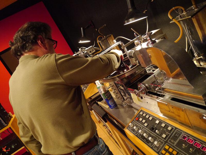 スタジオで良いものを聴かせるよ! とカッティングマシンにディスクをセットするベノー氏