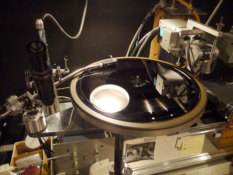 そこでかけられていたのは、スタジオのロビーでバンドが演奏したものをダイレクトミックス/ダイレクトカッティングしたラッカー盤。プレス用の原盤にする前のディスクは、恐ろしく音がいい