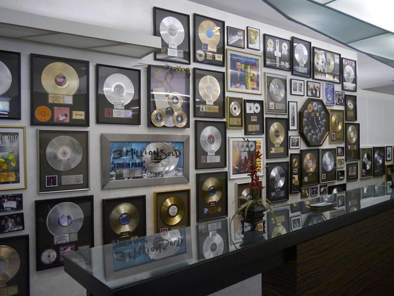 バーニーグランドマンマスタリングのロビーにあるディスク。ここでヒット作品が多数マスタリングされた