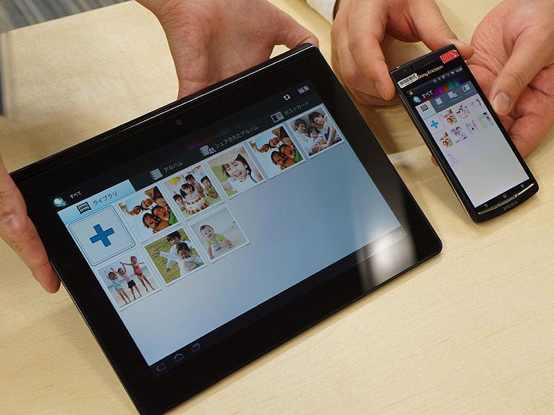 Sony Tabletとスマートフォンで「PlayMemories Online」を立ち上げたところ。UIが統一されている。画面のプラスマークを押すと、端末に保存された静止画、もしくはカメラで撮影した画像をクラウドにアップロードできる