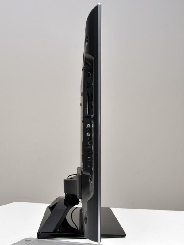 側面。HDMIなど各種入力端子やB-CASカードスロットがある。ディスプレイ部の厚さは標準的