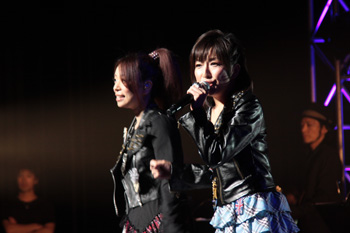 <FONT size=2>デュエット曲「Second Flight」を披露する佐藤ひろ美さんと、KOTOKOさん</FONT>