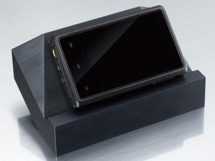 オーディオプレーヤー「HDP-R10」。背後にあるのが別売のマウントベース。なお、写真は開発中のもので、デザインなどは変更される