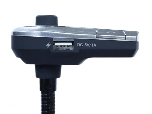 左側面に給電用USB端子を備える