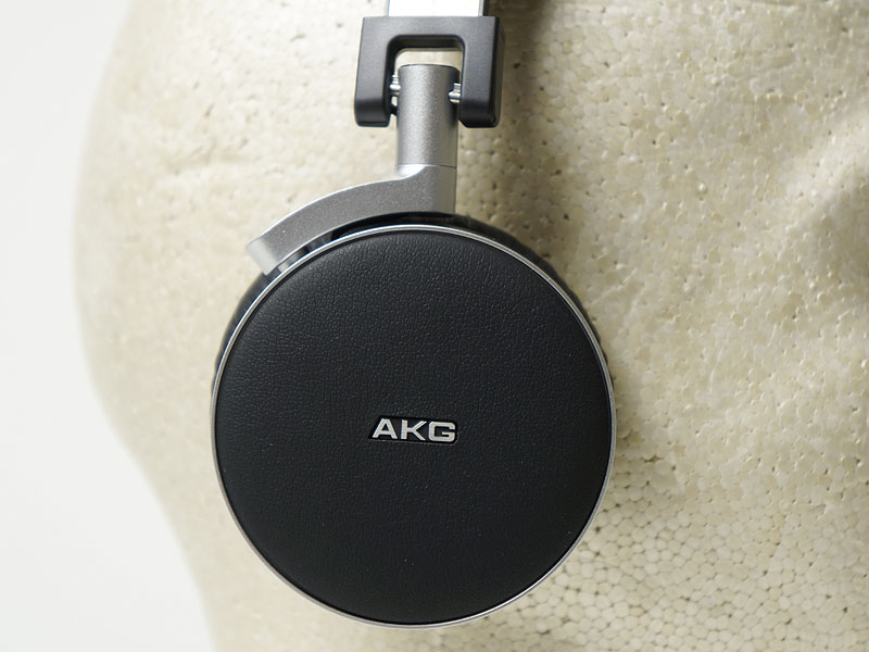 「K495NC」のハウジング・イヤーパッドは耳全体を覆う大きさ