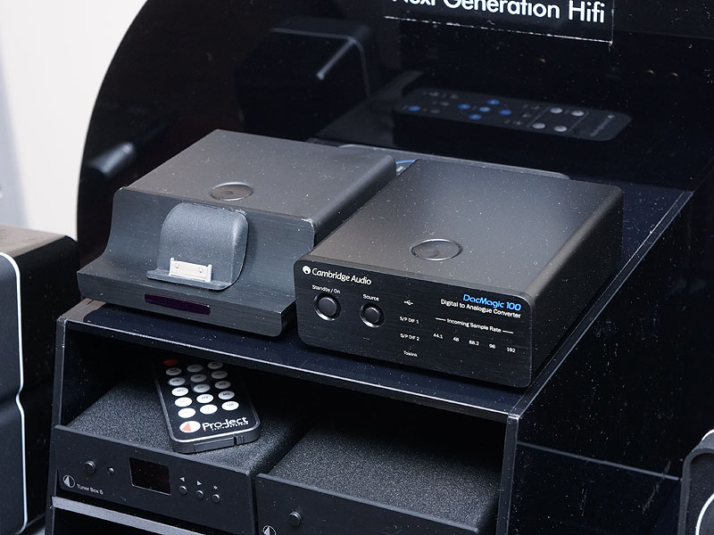 英Cambridge Audioの新製品で、5月1日に発売が開始されたばかりの、USB/光/同軸デジタル入力対応DAC「DacMagic 100」。左にあるのはiPod/iPad/iPhoneドック「iD100」