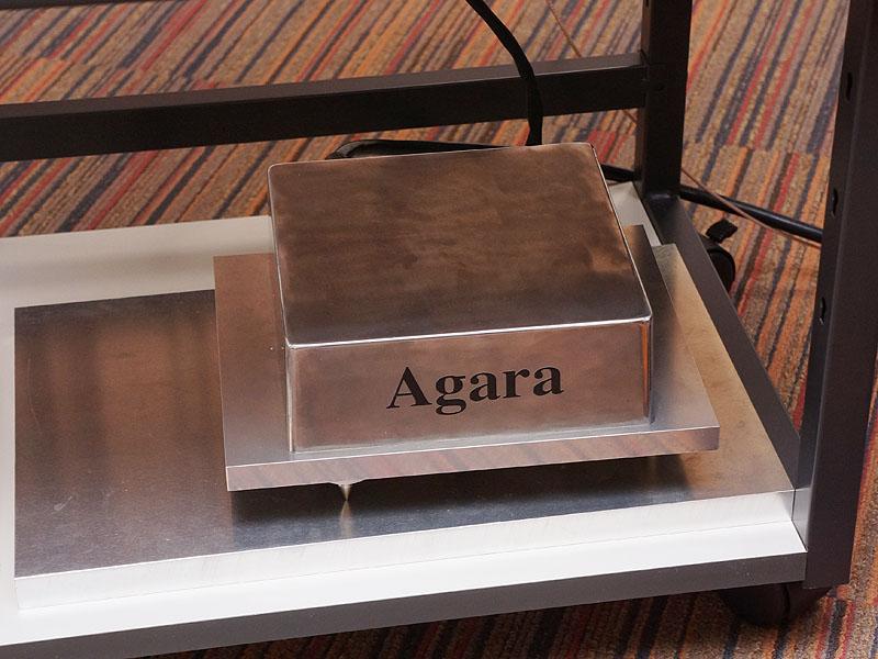 四十七研究所のブースでは、今年の初夏に発売予定のAgaraというブランドの試作機を展示。デュアルモノ構成のヘッドフォンアンプ「PROTO H01」(写真左/アナログ入力4系統/ヘッドフォン出力1系統)や、コンパクトなヘッドフォンアンプ「PROTO HSJ01」(写真中央/アナログ入力4系統/ヘッドフォン出力1系統)、モノブロックパワーアンプ「PROTO PW01」(写真右)などを参考展示。いずれも価格は未定で、製品名も仮のものとなる