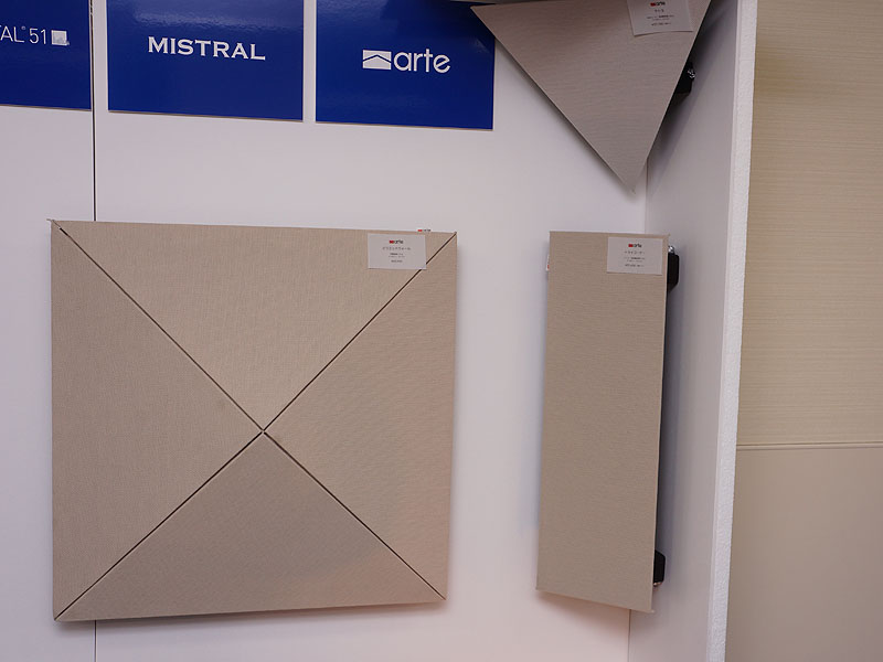 Escart(エスカート)のブースでは、新ブランドVento(ヴェント)の第一弾製品として4月から販売している、音響パネル「SQUARE」(写真左)を展示。、部屋のコーナーに設置する、arteブランドの音響拡散パネル「トライコーナー」(写真右)も紹介している