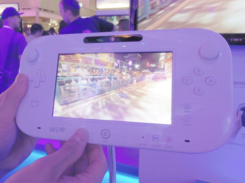 製品版GamePad。コントローラーが「スティック状」になり、ボタン配置も違う。右下にリモコン呼び出し用の「TV Control」ボタンが登場している点に注目。左の十字キーの下には、NFCポートがある