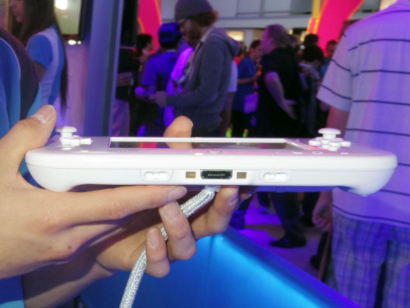GamePad下面。充電用端子が見える。周辺機器にクレードルはあるのだろうか。ストラップもつけられる
