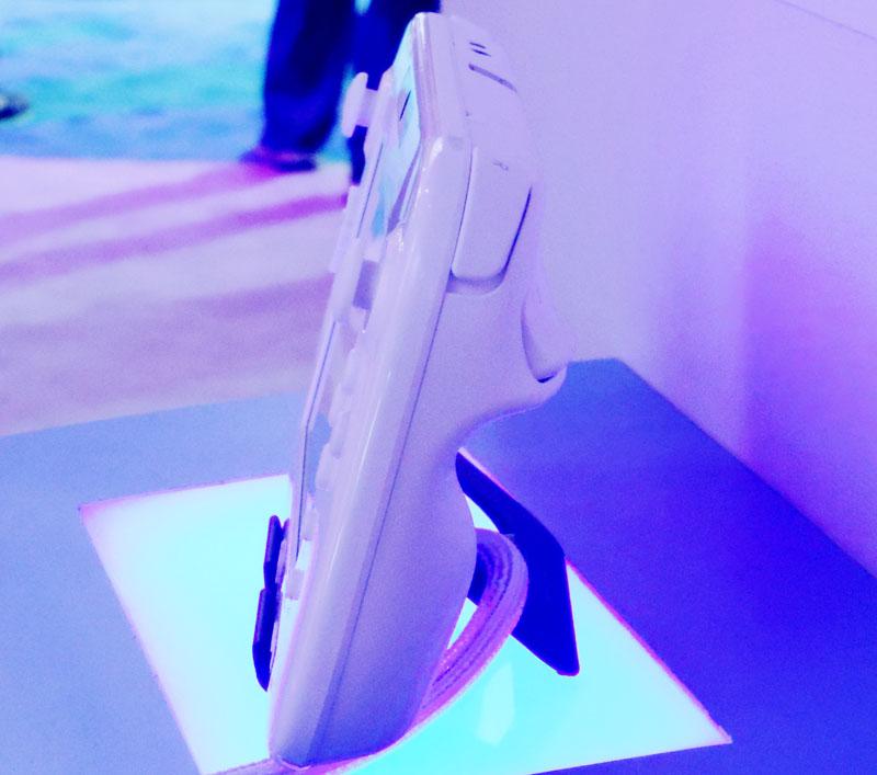 GamePad側面。アナログコントローラーが3DS的な「パッド」形状から、立体的な「スティック形状」になっているのがよくわかる