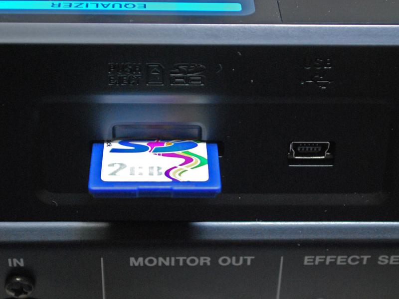 記録メディアとして最大32GBのSD/SDHCカードが使用可能
