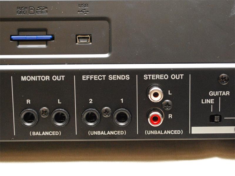 ライン出力(STEREO OUT)のアナログRCA、モニター出力用のMONITOR OUT、2系統のEFFECT SENDS(モノラル)を用意