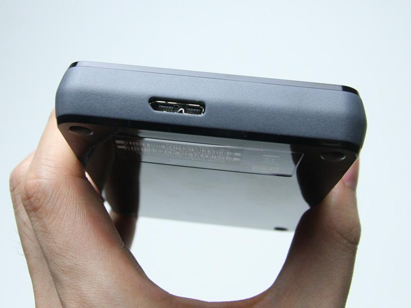 USB 3.0端子を備える