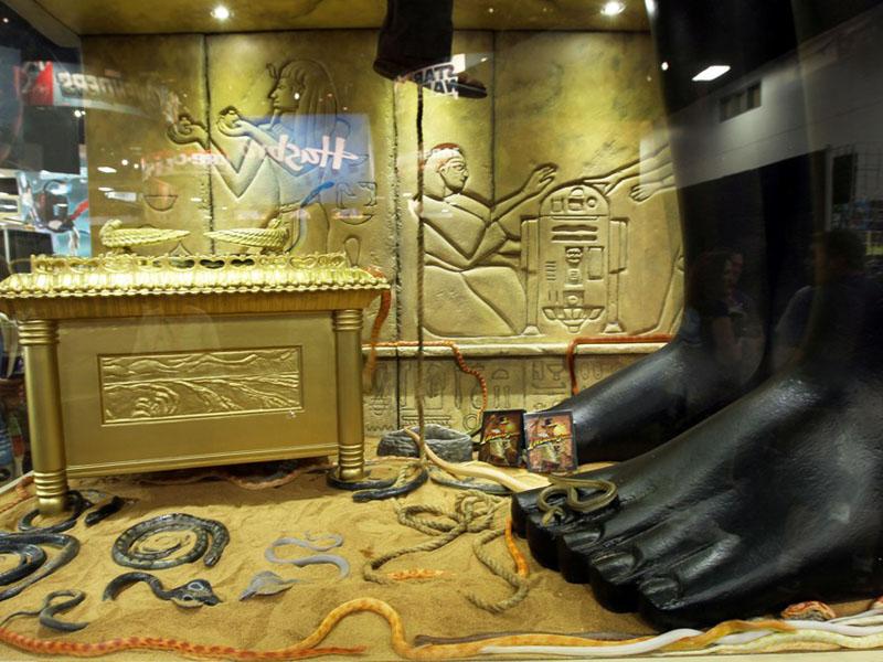 """コミコン会場に登場した「インディ」のブース。中には生きたヘビと、インディの足が!         <br><font size=""""1"""">Lucasfilm, Indiana Jones and related properties are trademarks and/or copyrights, in the United States and other countries, of Lucasfilm Ltd. and/or its affiliates. TM &amp; (C) Lucasfilm Ltd. All rights reserved. All other trademarks and trade names are properties of their respective owners.</font>"""