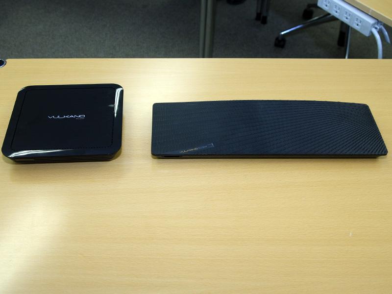 従来モデル(右)との比較。幅が半分以下に縮小されている