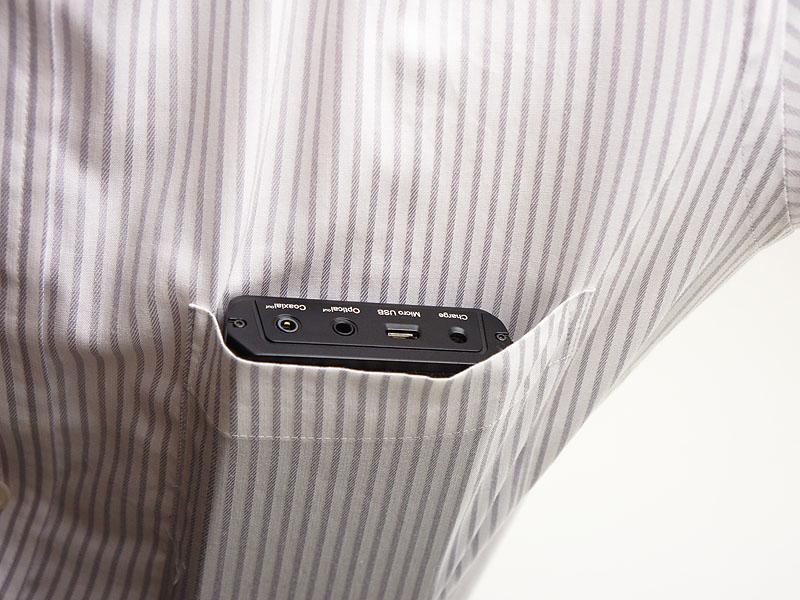 ワイシャツの胸ポケットにもなんとか収まるが、他にはもう何も入る隙間は無さそう