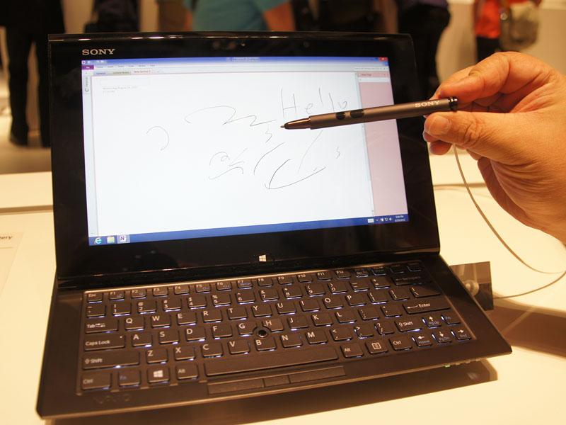 ソニーがWindows 8と同時の出荷を予定している、タッチ対応ノートPC「VAIO Duo 11」。スライド式でタッチとキーボードの両方に対応しており、インテルのUltrabookの仕様にも適合。モーションセンサーやNFCなど、タブレット的要素も搭載している