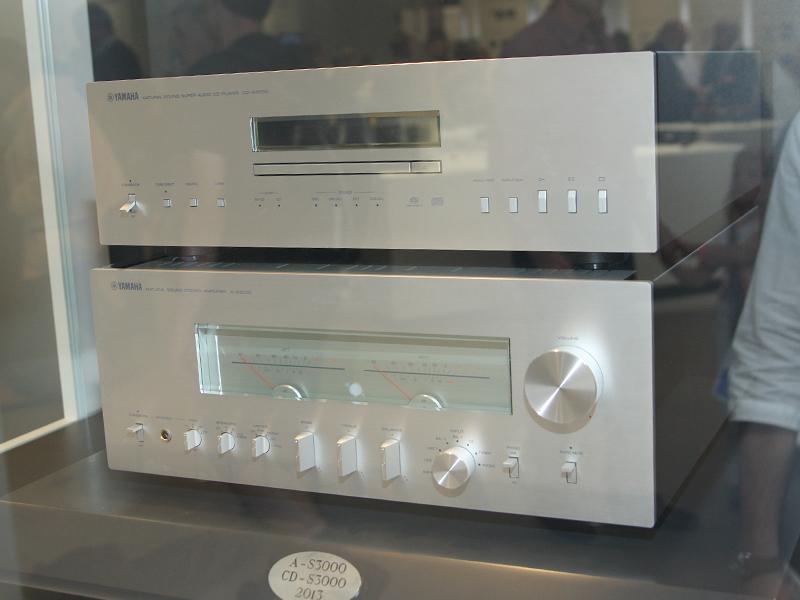 プリメインアンプ「A-S3000」(下)と、SACD/CDプレーヤー「CD-S3000」(上)のプロトタイプ
