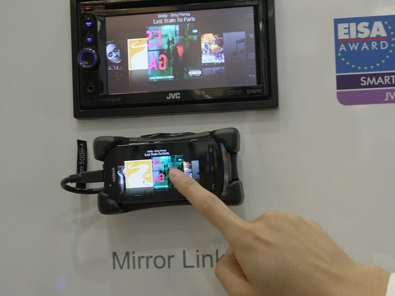 車載機器からスマートフォンのアプリを呼び出して遠隔操作し、車載機へ複製表示する「Mirror Link」対応機器も販売している