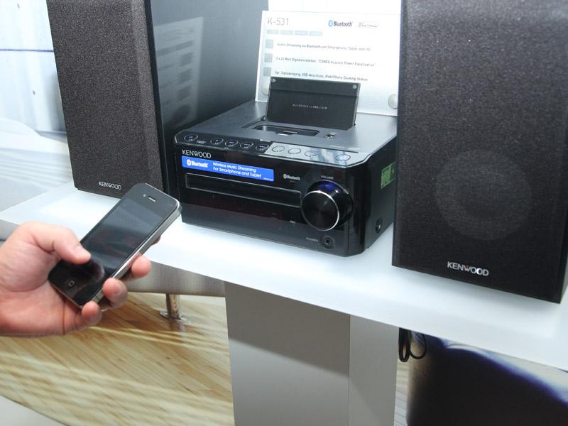 """日本でも発表された小型コンポ「Kシリーズ」のBluetooth搭載モデル「<A href=""""http://av.watch.impress.co.jp/docs/news/20120823_554831.html"""">K-531</A>」も展示している"""
