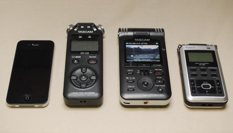 左からiPhone 4S、TASCAM DR-05、DR-V1HD、Roland R-05