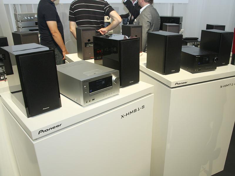 X-HM81(左)とX-HM71(右)