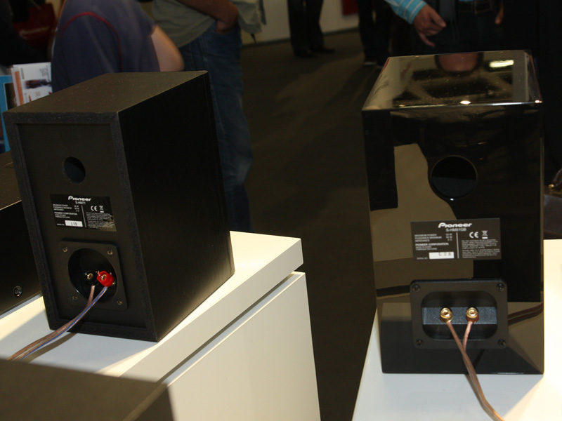 右がHM81のスピーカー背面、左がHM71のもの