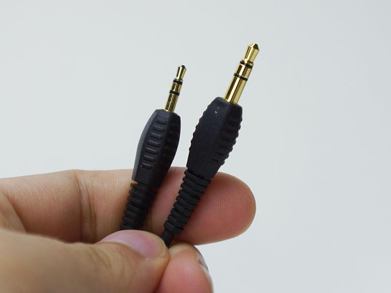 付属の有線接続用ケーブル。ヘッドフォンとの接続は2.5mmのミニミニプラグ