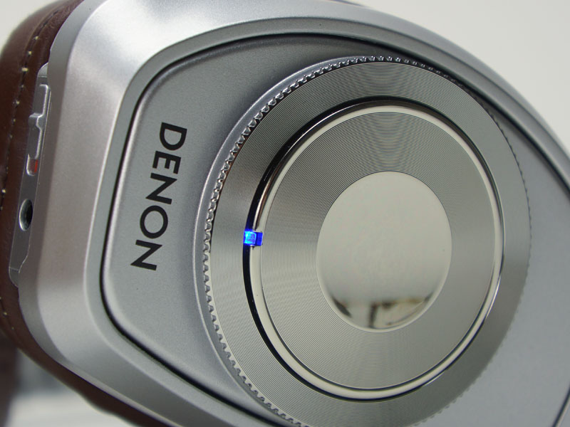 ペアリングなど、Bluetoothの状態はランプの色や点滅パターンで把握できる