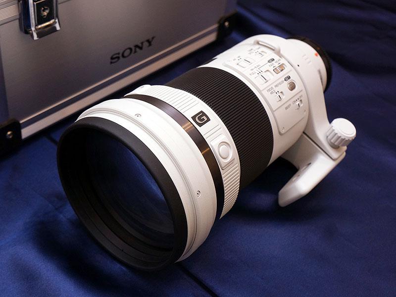 同日には新しい望遠レンズ「300mm F2.8 G SSM II」(SAL300F28G2)も発表された。ナノARコーディングを施しているのが特徴で、高速な動体追尾も可能。10月26日発売で813,750円