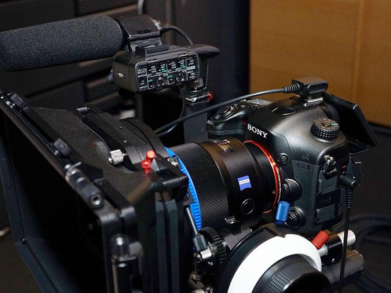 "<font size=""2"">発表会場には、本格的な動画撮影用にアクセサリを取り付けたα99も参考展示された</font>"