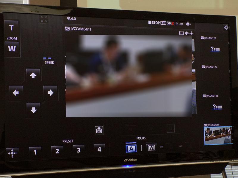 制御アプリの画面。左の矢印で操作するほか、下部にポジション記録用のボタンを備えている(数字の1~4のボタン)。また、画面右に複数台のカメラが撮影している映像が表示され、これをタップすると制御するカメラを切り替えられる