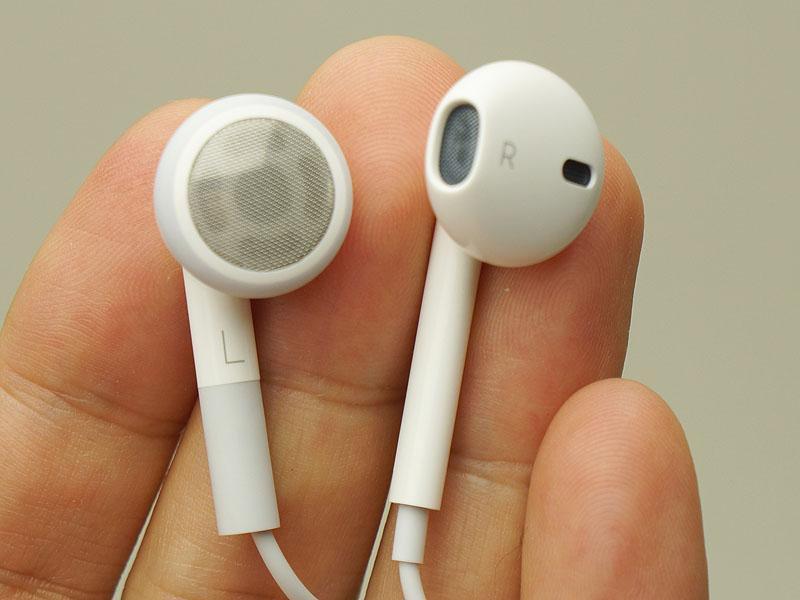 左が従来のインナーイヤータイプ。右が新イヤフォン「EarPods」