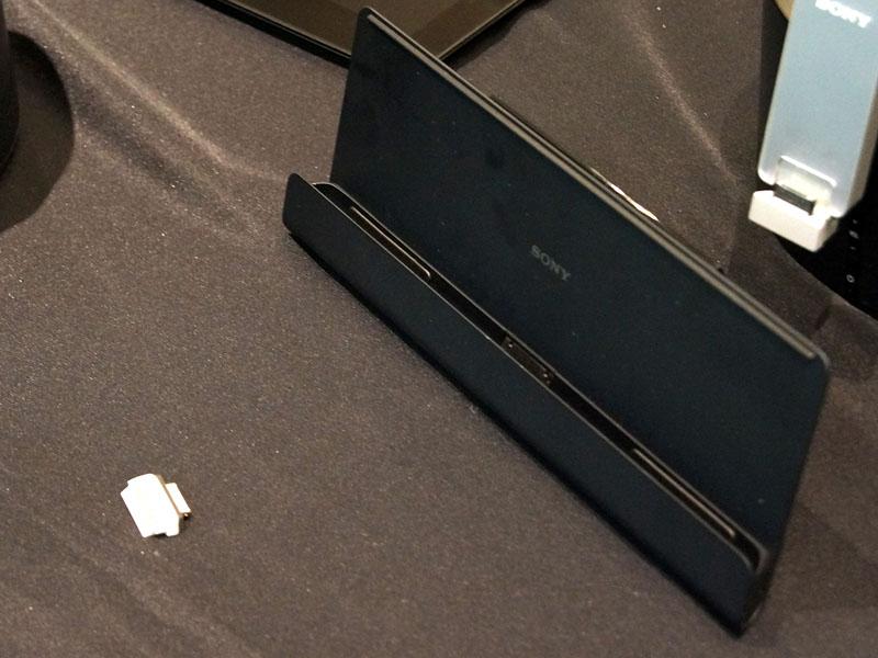 専用クレードル「SGPDS2」(右)と、コネクションキャップ(左)