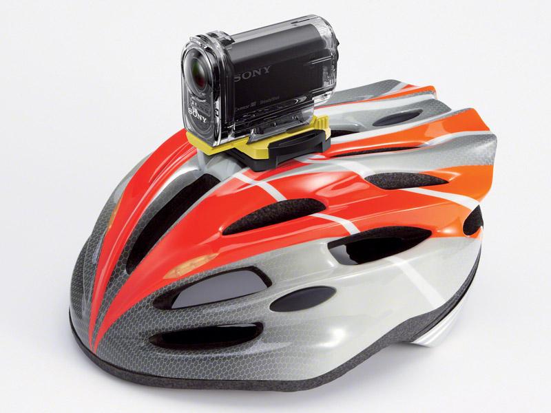 接着式マウント「VCT-AM1」でヘルメットに固定