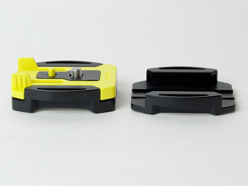 他にはバックルタイプの接着式マウントも付属する。平面用と曲面用の2種類が用意