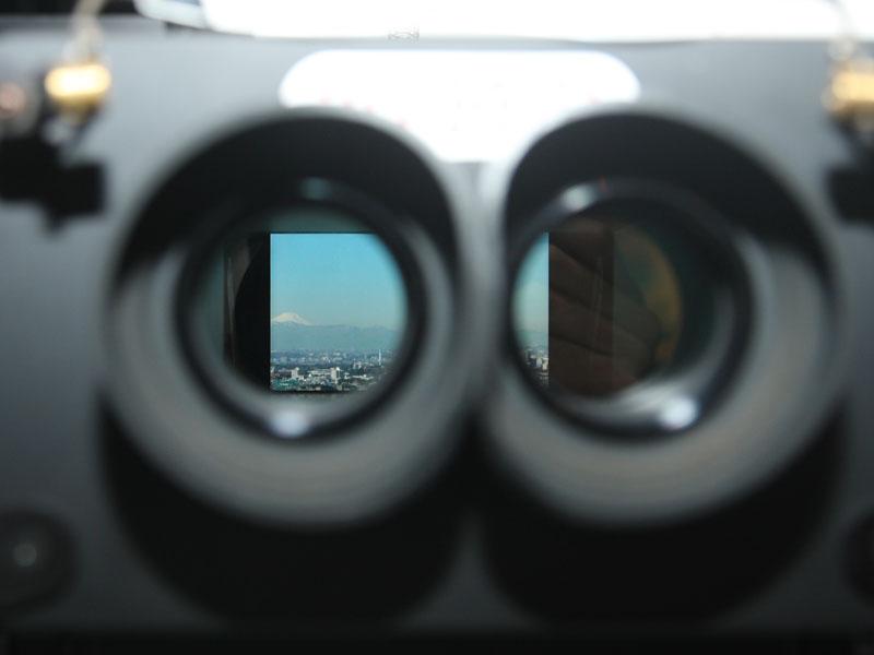 双眼鏡をのぞくと、3Dの遠景映像が見え、操作も可能