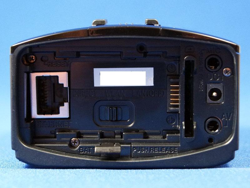 LS1の背面。電源端子の形状が違う