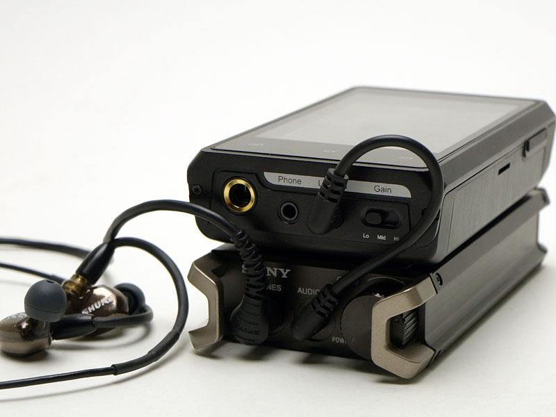 「iBasso HDP-R10」と重ねたところ。音は良いが、実用的なサイズとは言えない