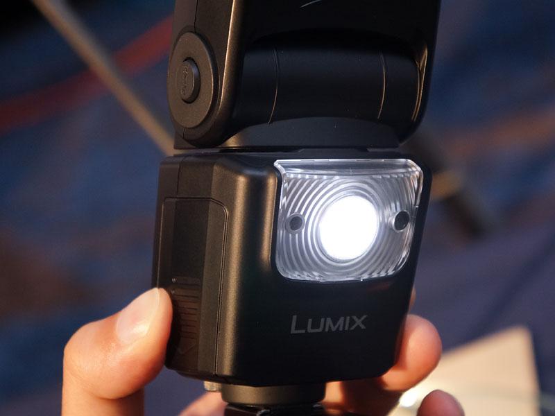 オプションのフラッシュには、ビデオ用ライトも搭載している