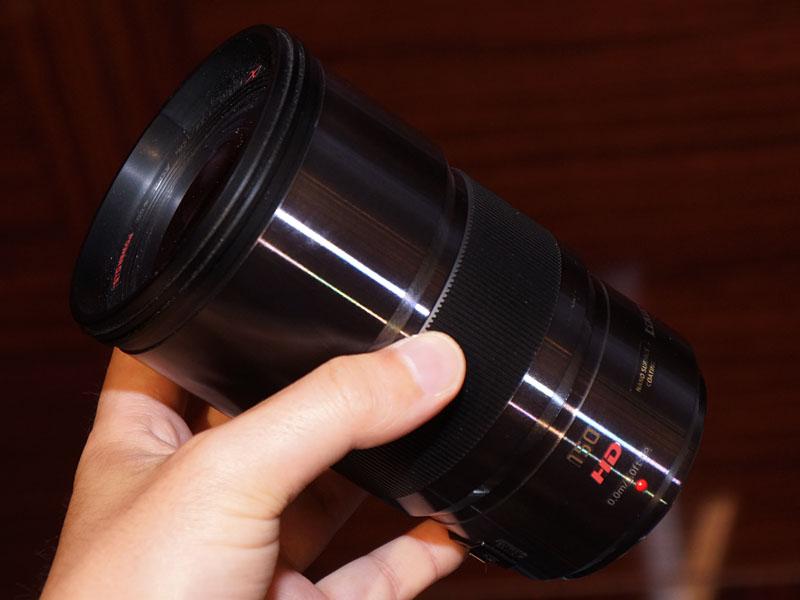 製品説明会の会場には、未発売の新作レンズ2本のモックアップも参考展示された