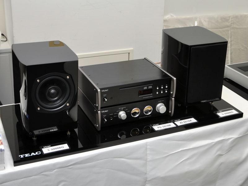CDプレーヤー「PD-501HR」(上)、プリメインアンプ「AI-501DA」(下)