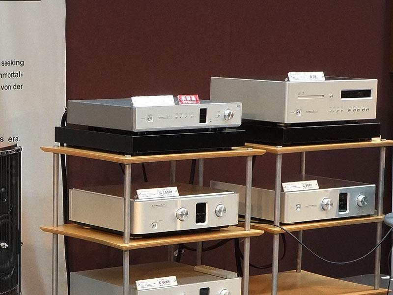 ラックの左上にあるのが、DSD対応のUSB DAC「DA-06」参考モデル