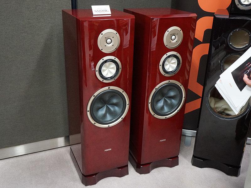 フォステクスブースでは、11月上旬から発売される「GXシリーズ」の新モデル「GX250MG」(写真左)を展示。13cm径の純マグネシウムユニットを採用した3ウェイフロア型で、価格は499,800円(1台)。G2000(1台63万円/右写真の右側のモデル)も試聴に使われている