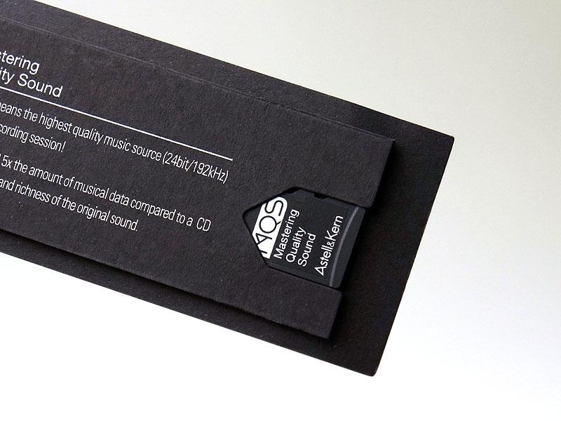 24bitのサンプル音源5曲が入った2GBのmicroSDカードも付属する