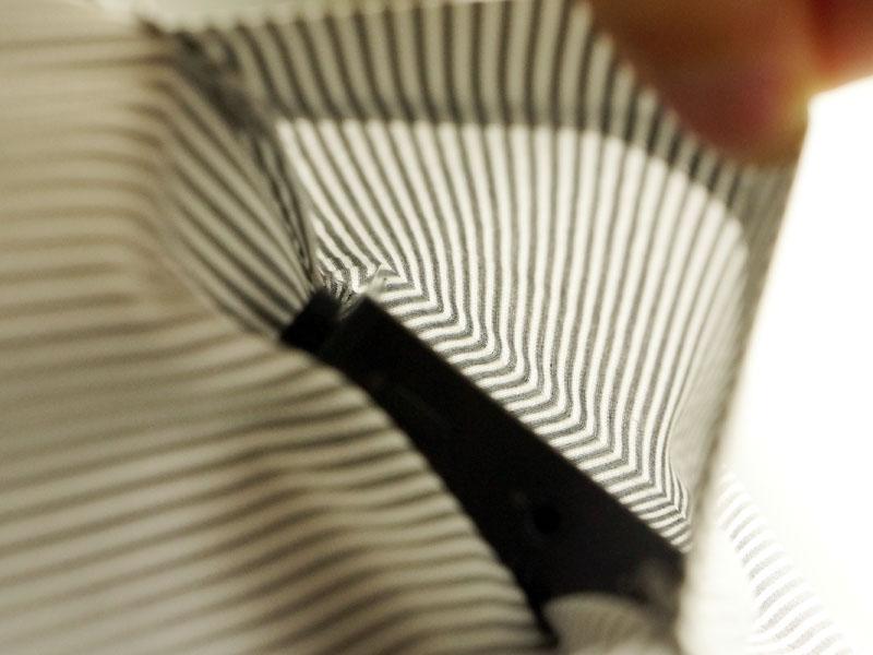 Yシャツの胸ポケットに入れたところ。左がAK100、右がiBasso HDP-R10。R10はなんとか入るが、それ以外のものは入らないと思った方がいい
