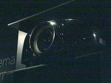 IFA 2012において、ディーラー向けに紹介された4Kプロジェクタ「VPL-VW1000ES」でコンサート映像を上映デモ